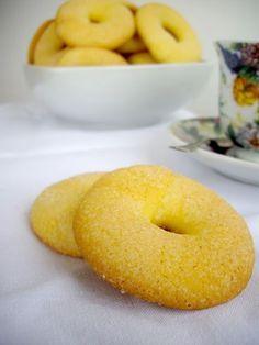 Ciambelline Gialle con Farina di Mais Italian Cookies, Italian Desserts, Italian Recipes, Bakery Recipes, Donut Recipes, Cookie Recipes, Biscotti Biscuits, Biscotti Cookies, Happiness Recipe