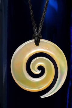 Perlmutt Schmuck Anhänger Koru Maori Halsschmuck mit Symbolbedeutung aus Neuseeland