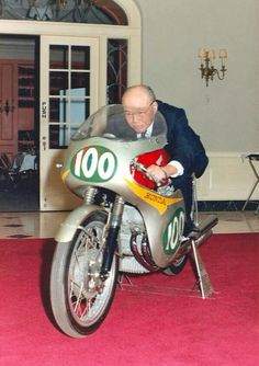 Soichiro Honda, the man who started it all! Founding the greatest motorcycle (and possibly cars as well) on the planet! Classic Honda Motorcycles, Racing Motorcycles, Vintage Motorcycles, Honda 750, Honda Bikes, Soichiro Honda, Gp Moto, Best Motorbike, Motorcycle Engine