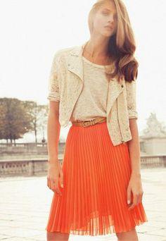Falda corta naranja con pliegues
