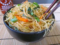 *****Singapore Noodles -Delicate rice vermicelli noodles, fresh vegetables, and spicy curry powder make these singapore noodles totally addicting! Think Food, I Love Food, Vegetarian Recipes, Cooking Recipes, Healthy Recipes, Singapore Noodles Vegetarian Recipe, Delicious Recipes, Vegan Vegetarian, Paleo