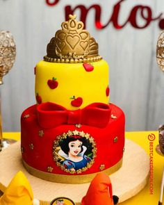 List of 50 Most Beautiful looking Snow White Cake Design that you can make or get it made on the coming birthday. White Birthday Cakes, Snow White Birthday, Disney Princess Birthday Party, Frozen Birthday, Cinderella Birthday, Tea Cakes, Cupcake Cakes, Snow White Cake, Cake Designs Images