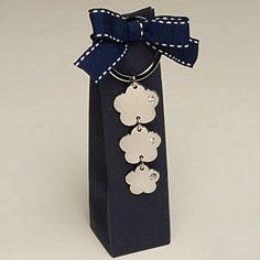 Elegante bomboniera matrimonio confezionata in scatola blu con portachiavi tre fiori con brillantino. Elegant