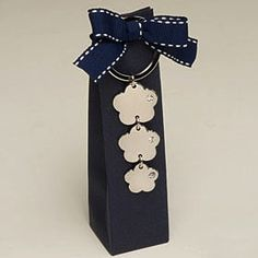 Elegante bomboniera matrimonio confezionata in scatola blu con portachiavi tre fiori con brillantino.
