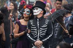 Estrella (Stephanie Sigman) and Bond (Daniel Craig) in the crowds of El Dia de los Muertos procession