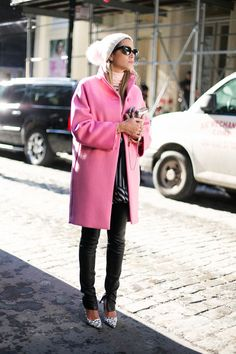 Such a feminine winter look - street style Pink coat + white beanie with pompom detail Look Street Style, Street Chic, Street Smart, Winter Fashion 2014, Autumn Fashion, Pink Fashion, Love Fashion, Fashion Trends, Style Fashion