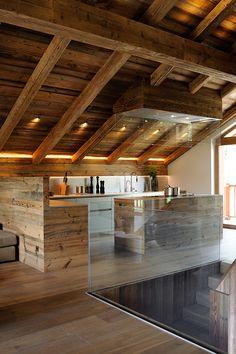 Chalet Mountain Inspiration - Méribel - Cuisine - Luxe - Verre - Vieux bois - Cuisine Boffi - Inox - Hotte sur mesure - Eclairage charpente - Interior Design - Atelier Giffon