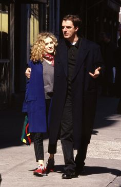Sarah Jessica Parker with Chris Noth. Sarah Jessica Parker, Carrie Bradshaw Outfits, Carrie Bradshaw Style, City Outfits, Mode Outfits, Normcore, Carrie And Big, Chris Noth, City Style