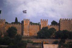 Le château Sao Jorge. http://wp.me/p3Y6sE-kE