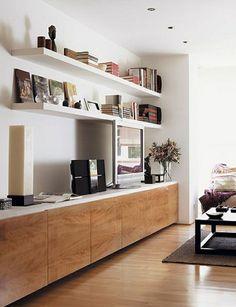 sol en lin, mur blanc, étagère murale en bois blanc, livres, meuble télé, plafond blanc