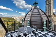Designer Tommy Hilfiger and wife Dee Ocleppo have sold their luxury New York Penthouse after the Plaza Hotel property had been on the market on and off for 11 years. Plaza Hotel, New York Penthouse, Manhattan Penthouse, Manhattan Skyline, Tommy Hilfiger, High Rise Building, Mansions Homes, Celebrity Houses, Gardens