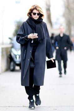 street style: Paris Fashion Week Fall Monochrome cool, right down to her Nikes. Fashion Week Paris, Winter Fashion, Street Style 2014, Normcore, Basket Noir, Style Snaps, Fashion Photo, Net Fashion, Street Fashion