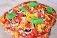 Mamma Mia! Eigentlich habe ich dieses Pizzarezept nur ausprobiert, weil ich häufig Probleme mit der Verdauung nach dem Essen habe - besonders bei Pizza und Pasta. Bei diesem Fitness Pizza Rezept wird der Boden aus Eiern, Käse und Speisequark gemacht. Natürlich kann man dieses Rezept nicht mit einer leckeren Pizza vom Italiener vergleichen, aber ihr solltet dieses Pizzarezept mal ausprobiert haben. Buon Appetito! Die Zutaten (4 Portionen) 300g Magerquark 4 Eier 250g geriebenen Käse Sa...