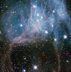 Es zeigt eine Formation von jungen Sternen in der großen Magellanwolke, einer Nachbargalaxie der Milchstraße, geschätzte 150.000 Lichtjahre entfernt