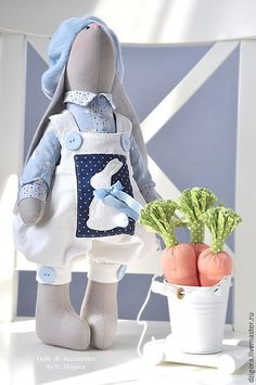 Купить или заказать Gray & Greta. Текстильные игрушки зайцы в интернет-магазине на Ярмарке Мастеров. Эту парочку серых заек, важно позирующих на стуле, зовут Грэй и Грэта. Ростом зайки чуть больше 40 см, сшиты из плотного хлопка, наполнены холлофайбером. Грэй одет в рубашку нежно - голубого цвета с забавным принтом в виде крохотных зайчат, модный вельветовый комбинезон с большими пуговицами и накладным нагрудным карманом с аппликацией в виде белого зайчонка, на головке флисовый берет с…