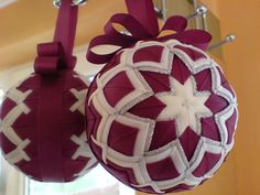 No sew quilted ornament! Quilted Fabric Ornaments, Quilted Christmas Ornaments, Beaded Ornaments, Ornament Crafts, Holiday Crafts, Christmas Crafts, Christmas Decorations, Ball Ornaments, Christmas Patchwork