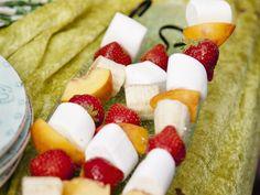 Obst-Marshmallow-Spieße | Zeit: 15 Min. | http://eatsmarter.de/rezepte/obst-marshmallow-spiesse