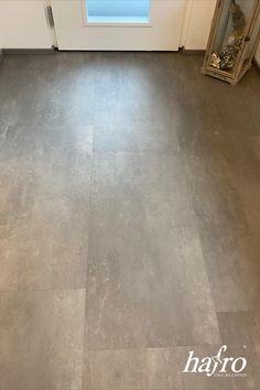 LÄNGE: 940 mm BREITE: 470 mm STÄRKE: 6 mm SYSTEM: Dropdown Clic mit Fase #hafroedleholzböden #parkett #böden #gutsboden #landhausdiele #bödenindividuellwiesie #vinyl #teakwall #treppen #holz #nachhaltigkeit #inspiration Vinyl Dekor, Tile Floor, Infinity, Flooring, Inspiration, Wood Floor, Modern Home Interior Design, Stairways, Sustainability