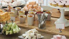 Mesa de doce comida chá de bebê frutas cupcakes docinhos (Foto: Imprintables)