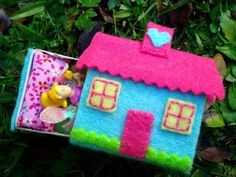 This tiny Traveling Fairy House is a matchbox! There are various versions of this but I like this one from Polka Dot Daze . Kids Crafts, Felt Crafts, Craft Projects, Paper Crafts, Matchbox Crafts, Matchbox Art, Operation Christmas Child, Diy With Kids, Felt House