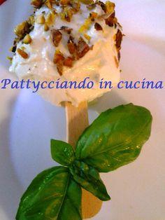 La mozzarella di bufala da passeggio è un modo simpatico per servire un succulento must della nostra tradizione culinaria!