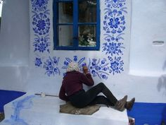 Agnes Kasparkova, a agricultural worker, passes her spare time painting floral motifs on houses in the Czech village of Louka. Time Painting, Woman Painting, Painting Flowers, Mural Painting, Tachisme, House Painter, Old Street, Motif Floral, Mosaics