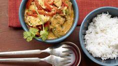Gerade mal 15 Minuten braucht die Zubereitung dieses nussigen Currys: Hähnchen-Erdnuss-Curry mit Paprika und Koriander   http://eatsmarter.de/rezepte/haehnchen-erdnuss-curryhttp://eatsmarter.de/rezepte/haehnchen-erdnuss-curry