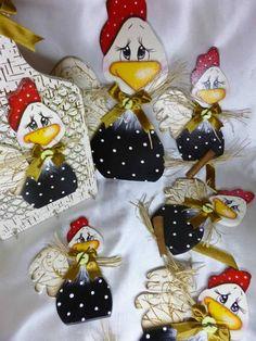 Kit composto por: 1 Prendedor para Cortina - 27 cm 1 Imã de Geladeira - 13,5 cm 1 Pingente com 3 galinhas - 100 cm  Para comprar separadamente procure no álbum PINTURA COUNTRY R$ 60,00