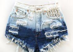 PRAZO DE PRODUÇÃO 7 DIAS UTEIS,APÓS CONFIRMAÇÃO DE PAGAMENTO FRETE GRÁTIS ( PAC OU E-SEDEX ). Os shorts são trabalhados por nós. passando por processos de clareamento,lixamento e desfiados para ficarem com aparência bem desgastada. ( modelo é clareado na parte superior do short). short jeans 100% algodão. jeans grosso  cintura alta  você pode pedir nos tamanhos: 36,38,40,42,44,46,48,50. Gostou do modelo mais prefere o mais curto ou mais comprido ,é só pedir para aumentar 2,3,4,5 dedos no…