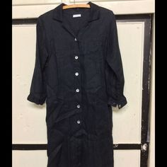 Fog Linen Work. Coat Dress XS Fog Linen Work is Japan based. This linen is woven in a herringbone pattern, nice! Can be coat or dress. Mother of pearl buttons XS. Nicely designed Fog Linen Work Dresses Midi