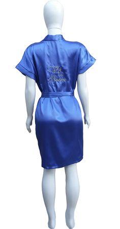 Fábrica de Robes de Cetim Já estamos personalizando os robes também.! Faça já seu orçamento no whatsapp 033 9 8805 6750. #robedecetim #robebordado #robepersonalizado #robemãedanoiva #robenoiva #robedebutante #robemadrinha #fabricaderobe #robeatacado #debutante #robeinfantil #robes #casamento #noivos #robeplussize Bordado Vó da Noiva Cor Azul Royal.