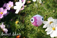 Kačaba Sešívaná Háčkovaná kačaba slečna pro radost. Můžete ji nosit jako ozdobu klíčů, batohu apod. nebo je to milý dárek a hračka pro děti. Dá se zavěsit nebo se s ní dá hrát jako s balonkem. Je vyrobena z pevného materiálu, nerozplétá se ani netrhá, ale zároveň je měkká a příjemná pro malé děti.  Velikost: - obvod cca 25 cm - dle požadavků vyrobím ...