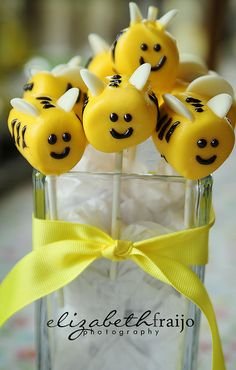 Bee Decorations + Ideas for a Birthday or Baby Shower! Throwing a Bee Birthday Party or Mom to Bee Baby Shower? Want some fun Bumblebee ideas to share. Cakepops, Marshmallow Treats, Marshmellow Ideas, Bee Cakes, Edible Crafts, Cupcakes, Bee Theme, Candy Melts, Marshmallows