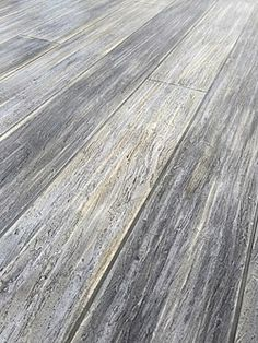 gray concrete floor that looks like washed wood This floor is so gorgeous and it's concrete !