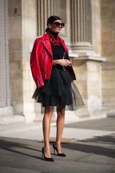 Falda negra tul, cuello cisne negro, chaqueta roja cuero, collar grande rojo