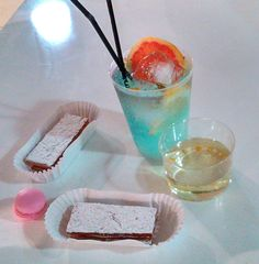 Gin Tonic Perfect Served (Hot Beach)- no digo lo que va adentro smile emoticon , Moscatel con ORO (o será ORO en Moscatel ? smile emoticon ), Macaron y Hojaldres Paco Torreblanca.