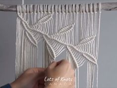 Details on materials: - Twisted Cotton String - - Driftwood - 21 inches in length This pattern creates a finished wall hanging that is 14 inches wide, Macrame Design, Macrame Art, Macrame Projects, Micro Macrame, Macrame Wall Hanging Patterns, Macrame Plant Hangers, Free Macrame Patterns, Macrame Wall Hangings, Weaving Wall Hanging