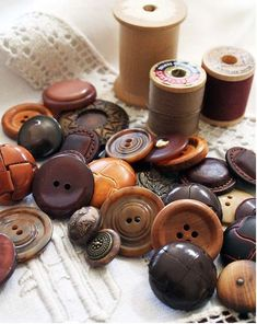 Button Art, Button Crafts, Vintage Sewing Notions, Wooden Spools, Sewing Tools, Sewing Box, Sewing Projects, Sewing A Button, Haberdashery