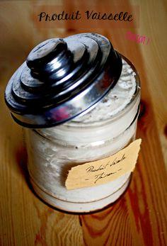 Produit vaisselle fait maison. Ingrédients : 100g savon de Marseille/Alep (sans huile de palme) – 1 l d'eau - 2 càc de bicarbonate de soude - 2 CàS de vinaigre blanc -2 CàS de cristaux de soude (ne pas confondre avec la soude caustique) ou à défaut de produit vaisselle bio - 20 gouttes huile essentielle (tea tree, citron, eucalyptus, thym, orange…). Recette sur le site.