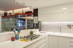 Cozinha branca com decor colorida