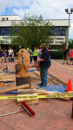 Chainsaw carving in action 2014 Bear Paw Festival