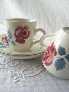 Tasses à café et soucoupes sans nom - Photo de Dingue de Digoin - au Fil rouge