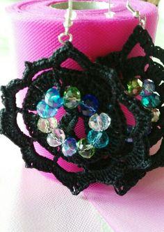 Orecchini in cotone nero con perle colorate e trasparenti per dar risalto
