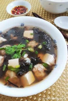 Chinese Seaweed Soup Recipe – Souper Diaries Quick, easy and tasty Chinese seaweed soup recipe for busy days. This bowl of yum can be ready in less than 30 minutes. Chinese Soup Recipes, Healthy Chinese Recipes, Healthy Soup Recipes, Cooking Recipes, Japanese Recipes, Seaweed Soup Recipe, Confinement Food, Sea Weed Recipes, Tofu Soup