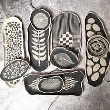 Hottest No Cost Pottery Designs sgraffito Style Today, it's all about oval shape! Hand Built Pottery, Slab Pottery, Ceramic Pottery, Pottery Art, Painted Pottery, Sgraffito, Pottery Painting, Ceramic Painting, Ceramic Clay