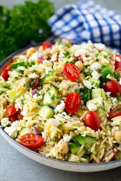 Orzo Salat mit Gemüse und Feta Orzo salad with vegetables and feta Pasta Salad For Kids, Healthy Pasta Salad, Best Pasta Salad, Easy Salads, Orzo Salad Recipes, Easy Pasta Salad Recipe, Salad Recipes For Dinner, Orzo Salat, Feta Salat