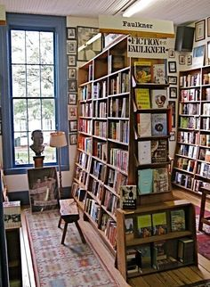 Square Books in Oxford, MS, USA.love a small bookstore! Bookstore Design, Book Cafe, Book Store Cafe, Ole Miss, Jolie Photo, British Library, Book Nooks, Library Books, Reading Nook