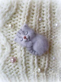 Купить или заказать Спящие котята (брошь,броши) в интернет-магазине на Ярмарке Мастеров. Маленькие,сладкие спящие котята-малыши с удовольствием пригреются и поспят у вас на кофточке,воротнике,сумочке,пальто и т.д.Подарят хорошее настроение и улыбку! Котята выполнены в технике сухого валяния из натуральной шерсти. 1.Серо-бежево-коричневый (меланжевый)котенок. 2.Серенький котейка-нет в наличии 3.Дымчатый котик-нет в наличии,котик нашел себе хозяйку. 4.