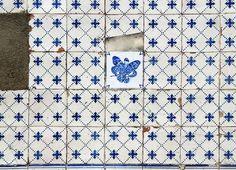 Ocupação Monarca - Lisboa n° II.29-d | rua da Penha de França - Penha de França | lambe lambe (tinta acrílica sobre papel com impressão laser, aplicados com cola de amido) sobre paredes azulejadas | 2016 | intervenção urbana de dimensões variáveis  #OcupacaoMonarca #OcupaçãoMonarca #IntervencaoUrbana #ArteUrbana #Lisboa #Portugal #Azulejo #Azulejos #FiguraAvulsa #FábioCarvalho #FabioCarvalho #Lisbon #StreetArt #UrbanArt #azulejosdeportugal #azulejoportugues #azulejoportuguês…