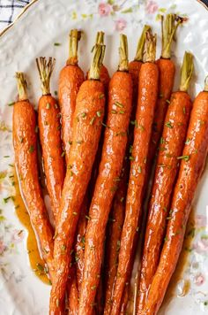 Honey Glazed Carrots with Ginger are sweet, aromatic, and absolutely tasty. This easy carrot side dish goes well with chicken, pork, or any holiday meal. I love these healthy honey roasted carrots because the flavor Honey Glazed Carrots, Honey Roasted Carrots, Baked Carrots, Best Thanksgiving Side Dishes, Turkey Side Dishes, Thanksgiving Menu, Carrots Side Dish, Carrot Recipes, Healthy Recipes